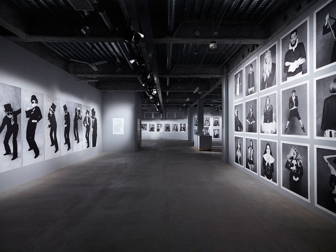 exhibition-pictures-03-the-little-black-jacket-chanels-classic-revisited-by-karl-lagerfeld-and-carine-roitfeld